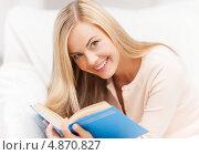 Купить «Счастливая молодая женщина с книгой», фото № 4870827, снято 30 марта 2013 г. (c) Syda Productions / Фотобанк Лори