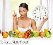 Купить «Здоровое питание: красивая девушка сидит перед овощами и фруктами на столе», фото № 4871063, снято 12 января 2013 г. (c) Syda Productions / Фотобанк Лори