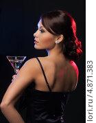 Купить «Загадочная брюнетка на вечеринке в ночном клубе пьет коктейль из бокала», фото № 4871383, снято 12 декабря 2010 г. (c) Syda Productions / Фотобанк Лори