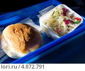 Купить «Булочка и салат из бортового питания авиакомпании», эксклюзивное фото № 4872791, снято 14 мая 2013 г. (c) Вячеслав Палес / Фотобанк Лори