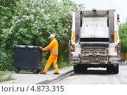 Купить «Рабочий загружает контейнер в мусоросборочную машину», фото № 4873315, снято 23 мая 2013 г. (c) Дмитрий Калиновский / Фотобанк Лори