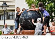Купить «Земной шар в руках детей», фото № 4873463, снято 10 июля 2013 г. (c) Владислав Бровко / Фотобанк Лори