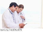 Купить «Медицинский персонал смотрят на записи», фото № 4876879, снято 1 ноября 2011 г. (c) Wavebreak Media / Фотобанк Лори