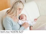 Купить «Мать пытается успокоить своего ребенка», фото № 4878527, снято 31 октября 2011 г. (c) Wavebreak Media / Фотобанк Лори
