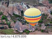Вид сверху на желтый воздушный шар, который летит над извилистым ущельем, фото № 4879899, снято 4 мая 2012 г. (c) Николай Винокуров / Фотобанк Лори
