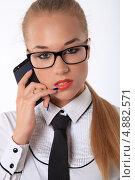 Деловая женщина в очках и с телефоном. Стоковое фото, фотограф Vitali Armon / Фотобанк Лори