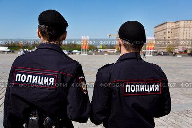 Полицейский патруль следит за правопорядком во время праздничных мероприятий на Поклонной горе, Москва