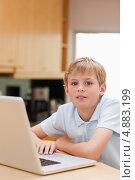 Изображение мальчика, пользующегося ноутбуком. Стоковое фото, агентство Wavebreak Media / Фотобанк Лори