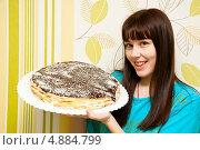 Купить «Молодая женщина держит в руках домашний торт», эксклюзивное фото № 4884799, снято 31 декабря 2012 г. (c) Куликова Вероника / Фотобанк Лори