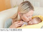 Купить «Мама на диване целует своего малыша», фото № 4884859, снято 31 октября 2011 г. (c) Wavebreak Media / Фотобанк Лори