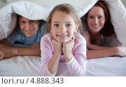 Купить «Девочка под одеялом с родителями», фото № 4888343, снято 2 ноября 2011 г. (c) Wavebreak Media / Фотобанк Лори