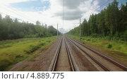 Купить «Пассажирский поезд едет по лесной железной дороге. Вид из последнего вагона», видеоролик № 4889775, снято 22 июля 2013 г. (c) Кекяляйнен Андрей / Фотобанк Лори