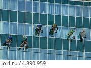 Промышленный альпинизм. Мытьё фасада здания (2012 год). Редакционное фото, фотограф Алёшина Оксана / Фотобанк Лори