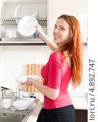 Купить «Молодая женщина моет посуду на кухне», фото № 4892747, снято 26 мая 2013 г. (c) Яков Филимонов / Фотобанк Лори