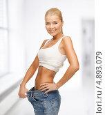 Купить «Красивая молодая женщина в белой футболке и джинсах», фото № 4893079, снято 23 марта 2013 г. (c) Syda Productions / Фотобанк Лори