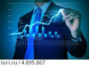 Купить «Бизнесмен рисует на виртуальном экране финансовый график», фото № 4895867, снято 28 февраля 2013 г. (c) Sergey Nivens / Фотобанк Лори