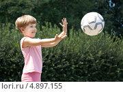 Девочка бросает мяч в парке. Стоковое фото, фотограф Алексей Лугинин / Фотобанк Лори