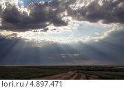 Купить «Лучи солнца пробиваются сквозь тучи», фото № 4897471, снято 30 июня 2013 г. (c) Евгений Ткачёв / Фотобанк Лори