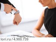 Купить «Босс показывает подчиненной на часы», фото № 4900739, снято 3 апреля 2013 г. (c) Syda Productions / Фотобанк Лори