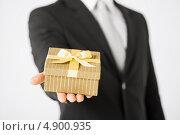 Купить «Мужчина в костюме с подарком в небольшой коробке», фото № 4900935, снято 21 марта 2013 г. (c) Syda Productions / Фотобанк Лори
