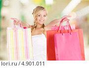 Купить «Довольная покупательница с пакетами в торговом центре», фото № 4901011, снято 26 сентября 2009 г. (c) Syda Productions / Фотобанк Лори