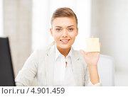Купить «Деловая девушка в офисе показывает белую карточку», фото № 4901459, снято 1 июня 2013 г. (c) Syda Productions / Фотобанк Лори