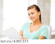 Купить «Юная студентка занимается, сидя за столом в кабинете», фото № 4901511, снято 1 июня 2013 г. (c) Syda Productions / Фотобанк Лори