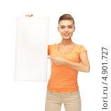 Купить «Девушка в оранжевой футболке с белым баннером», фото № 4901727, снято 1 июня 2013 г. (c) Syda Productions / Фотобанк Лори