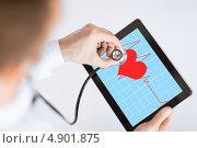 Купить «Молодой врач использует на планшетном компьютере медицинское приложение для кардиограммы», фото № 4901875, снято 8 мая 2013 г. (c) Syda Productions / Фотобанк Лори