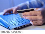 Купить «Оплата банковской картой покупки через интернет», фото № 4906071, снято 19 ноября 2012 г. (c) Sergey Nivens / Фотобанк Лори