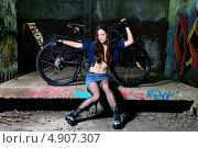 Купить «Девушка с велосипедом в заброшенном помещении», фото № 4907307, снято 10 мая 2013 г. (c) Арестов Андрей Павлович / Фотобанк Лори