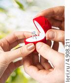 Купить «Мужчина делает предложение руки и сердца», фото № 4908211, снято 3 апреля 2013 г. (c) Syda Productions / Фотобанк Лори