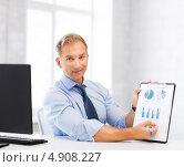 Купить «Успешный офисный сотрудник работает в кабинете с бумагами», фото № 4908227, снято 9 июня 2013 г. (c) Syda Productions / Фотобанк Лори