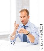 Купить «Успешный офисный сотрудник работает в кабинете с бумагами», фото № 4908231, снято 9 июня 2013 г. (c) Syda Productions / Фотобанк Лори