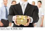 Купить «Молодой бизнесмен в офисе с подарком в коробке», фото № 4908367, снято 21 марта 2013 г. (c) Syda Productions / Фотобанк Лори