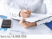 Купить «Молодая женщина работает за столом с деловыми бумагами», фото № 4908559, снято 24 апреля 2013 г. (c) Syda Productions / Фотобанк Лори