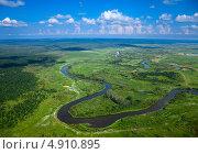 Воздушный вид на лесную реку с кучевыми облаками над ней. Стоковое фото, фотограф Владимир Мельников / Фотобанк Лори