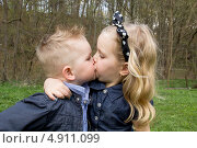 Мальчик и девочка целуются. Стоковое фото, фотограф Tanya Lomakivska / Фотобанк Лори