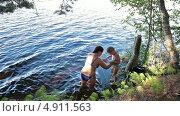 Купить «Мама помогает маленькому ребенку спуститься к озеру для купания», видеоролик № 4911563, снято 30 июля 2013 г. (c) Кекяляйнен Андрей / Фотобанк Лори