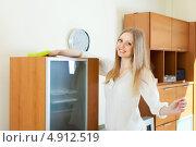 Купить «Длинноволосая молодая женщина убирает пыль с мебели», фото № 4912519, снято 22 мая 2013 г. (c) Яков Филимонов / Фотобанк Лори