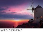 Купить «Знаменитые мельницы городка Ия на закате, остров Санторини, Греция», фото № 4913027, снято 5 сентября 2010 г. (c) ElenArt / Фотобанк Лори