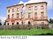Купить «Разрушенный барский дом в деревне Белкино на окраине Обнинска», эксклюзивное фото № 4913223, снято 9 июля 2011 г. (c) Алёшина Оксана / Фотобанк Лори