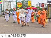 Купить «Группа кришнаитов танцует на улице в Москве», фото № 4913375, снято 3 июля 2013 г. (c) Владимир Сергеев / Фотобанк Лори