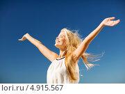 Купить «Красивая девушка в белом платье на фоне синего неба раскинула руки», фото № 4915567, снято 19 июня 2013 г. (c) Syda Productions / Фотобанк Лори