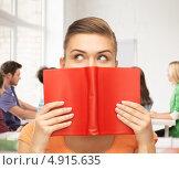 Купить «Симпатичная студентка с книгами», фото № 4915635, снято 1 июня 2013 г. (c) Syda Productions / Фотобанк Лори