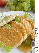 Оладьи на белой тарелке с виноградом. Стоковое фото, фотограф Лидия Шляховская (Lidia Sleahovscaia) / Фотобанк Лори
