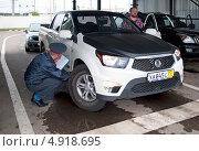 Купить «Проверка и осмотр автомобиля при регистрации», эксклюзивное фото № 4918695, снято 3 августа 2013 г. (c) Татьяна Юни / Фотобанк Лори