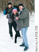 Друзья на прогулке зимой (2012 год). Редакционное фото, фотограф Виктория Кириллова / Фотобанк Лори