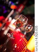 Купить «Бокал белого вина на стойке бара», фото № 4920835, снято 30 декабря 2012 г. (c) Никончук Алексей / Фотобанк Лори