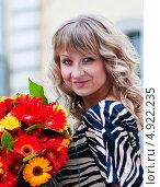 Купить «Портрет симпатичной девушки с букетом цветов», эксклюзивное фото № 4922235, снято 13 мая 2011 г. (c) Игорь Низов / Фотобанк Лори